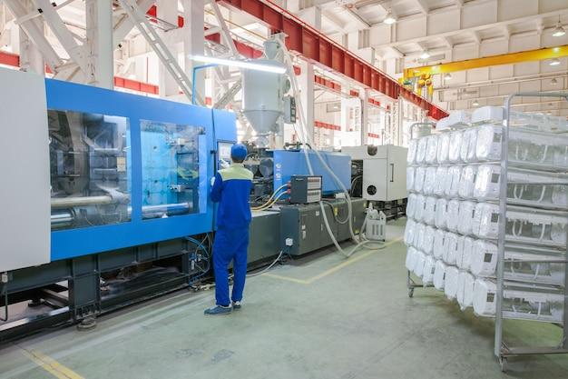 Industriële spuitgietpersmachine voor de vervaardiging van conditioneronderdelen met behulp van polymeren