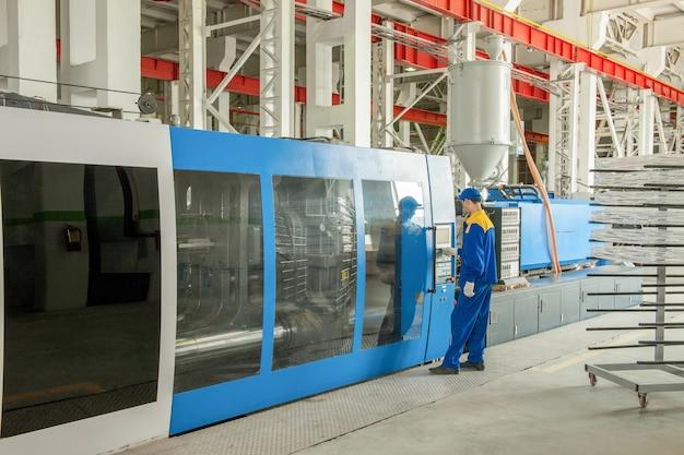 Industriële spuitgietpersmachine voor de vervaardiging van kunststof onderdelen met behulp van polymeren