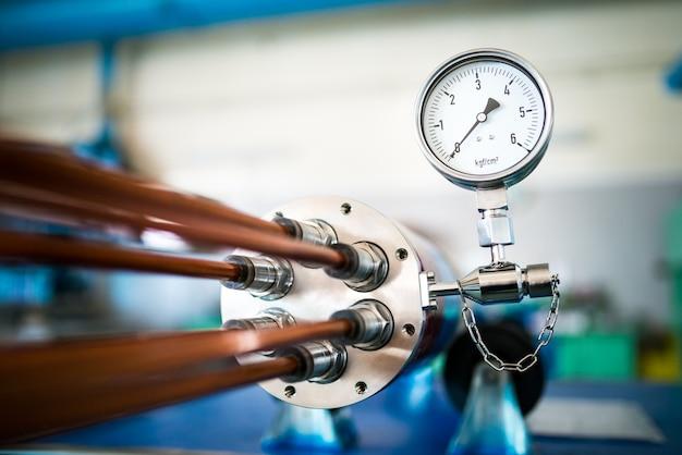 Industriële tien met een temperatuurregelaar bevindt zich in de productie van grote elektrische onderdelen voor de fabricage
