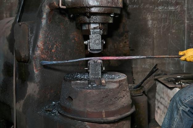 Industriële transformator half uit open vacuümdroogoven getrokken na stollen