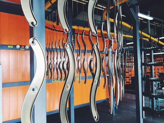 Industriële transportband in de fabriek voor metalen onderdelen. voorbehandeling van het oppervlak van delen en verfdelen met poederverf.