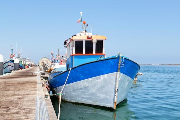 Industriële vissersboot in de haven.