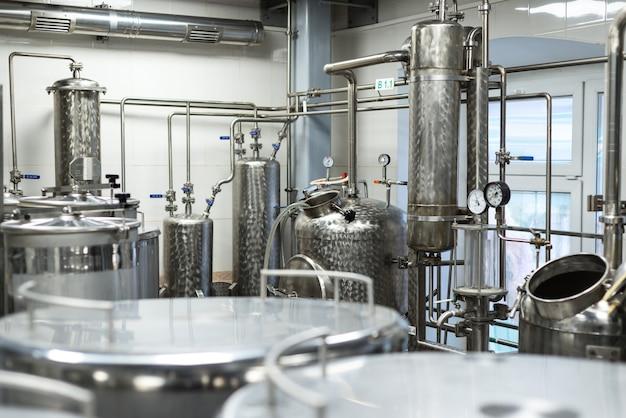 Industriële voedselapparatuur, industriële distilleerders van alcohol. schone, chromen apparatuur