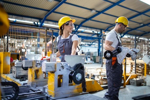 Industriële werknemers werken samen in de productielijn van de fabriek