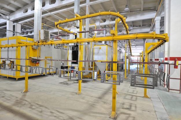 Industriële werkplaats voor de montage van oven op een transportband
