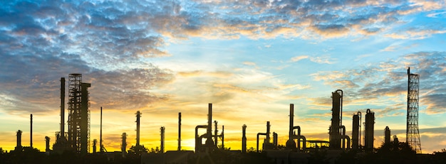 Industrieterrein, raffinaderijfabriek en olieopslagtank, petrochemisch fabrieksgebied met verfraaien hemel bij zonsondergang