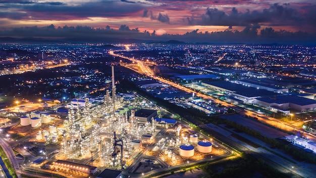 Industriezone van de raffinaderij bij nacht en verlichtingscityscape