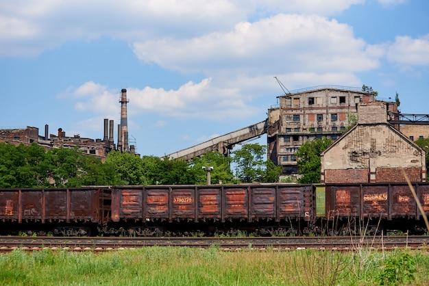 Industriezone van een verlaten oude vernietigde fabriek.