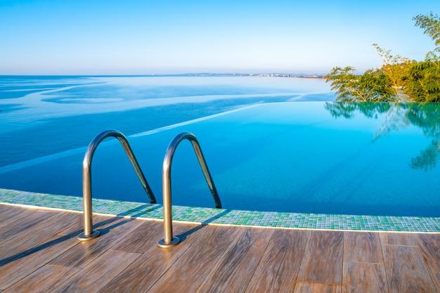 Infinity edge zwembadwater, prachtig uitzicht op de zwarte zee.