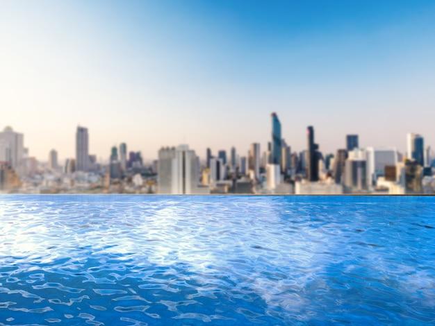 Infinity pool met stadsgezicht achtergrond