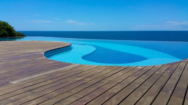 Infinity pool met uitzicht op de zee en de blauwe lucht