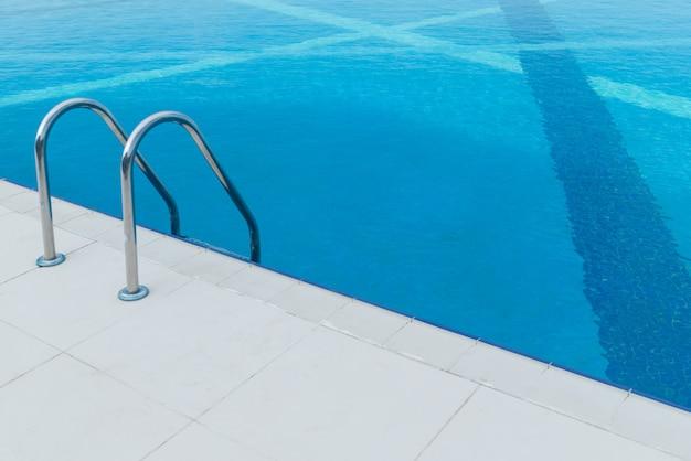 Infinity pool op de heldere zomerdag