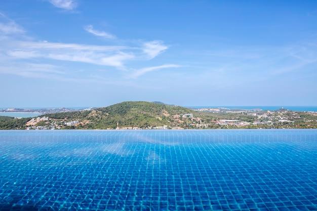 Infinity zwembad uitzicht op berg met wolken en blauwe hemel