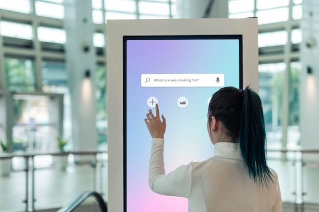 Informatiescherm bij een winkelcentrum
