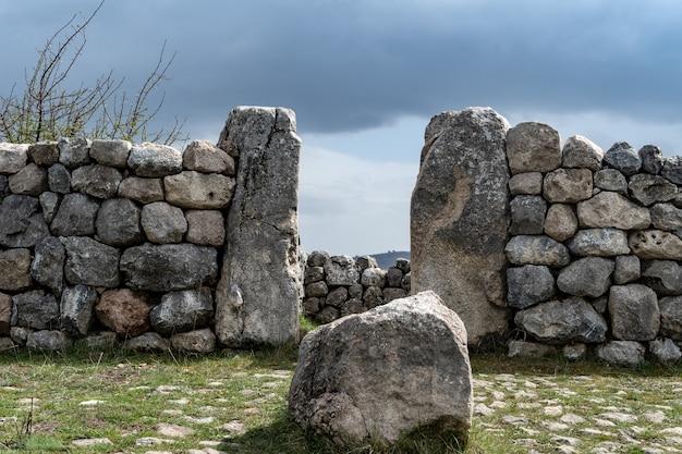 Ingang en stenen muur van een hettitische ruïnes, een archeologische vindplaats in hattusa, turkije