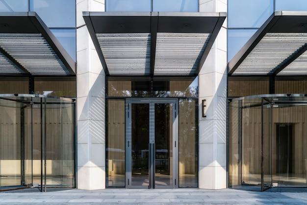 Ingang en uitgang van kantoorgebouw in shanghai financial district plaza
