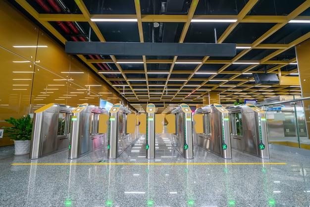 Ingang en uitgangspoort van metrooorlogszaal