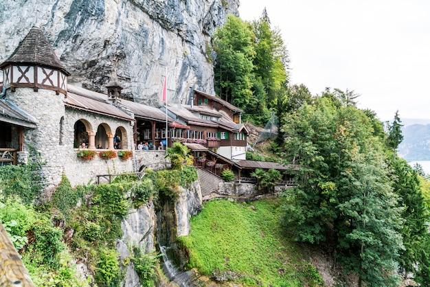 Ingang gebouw aan de grotten van st. beatues in het kanton bern, zwitserland