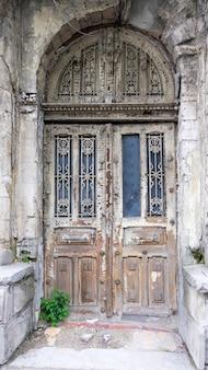 Ingang in een oud verlaten woongebouw