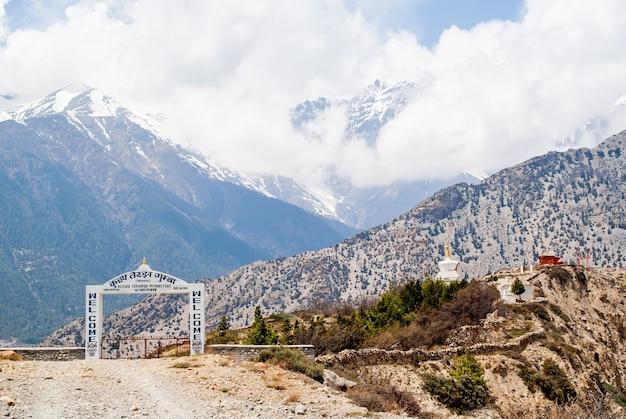 Ingang in khutsab terenga buddist gompa in de buurt van de dorpen jomsom en marfa, himalaya-bergen