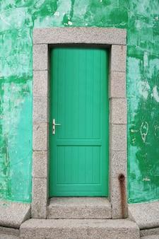 Ingang met oude vintage deur