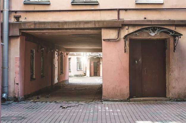 Ingangsboog aan de oude binnenplaatsen van woongebouwen.
