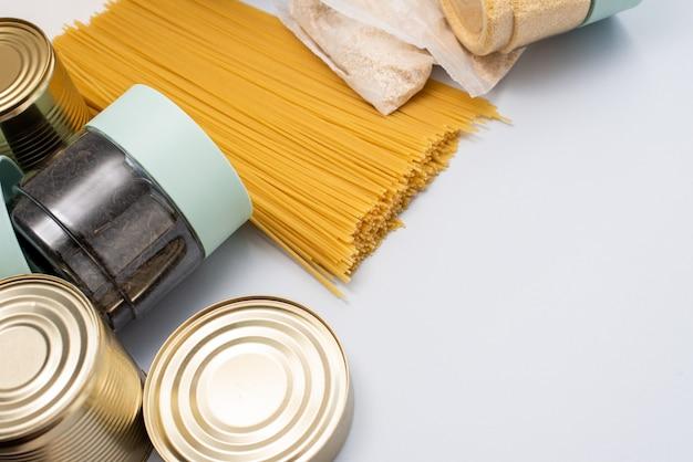 Ingeblikt voedsel, gries en pasta.