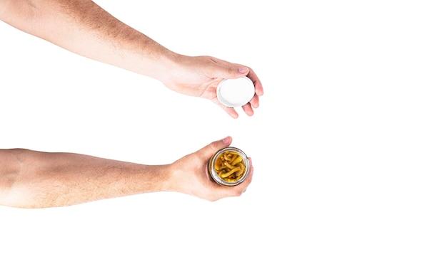 Ingeblikte champignons in een pot in de hand geïsoleerd op een witte achtergrond. hoge kwaliteit foto