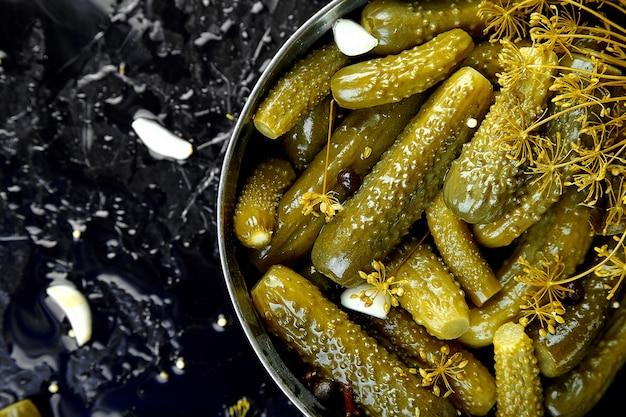 Ingeblikte komkommers in een metalen pan.