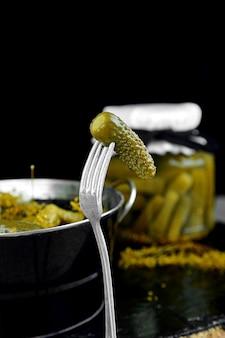 Ingeblikte komkommers in een metalen pan