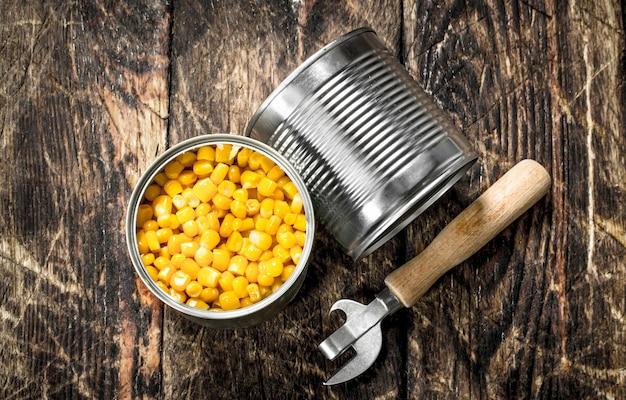 Ingeblikte maïs in een blikje met opener.