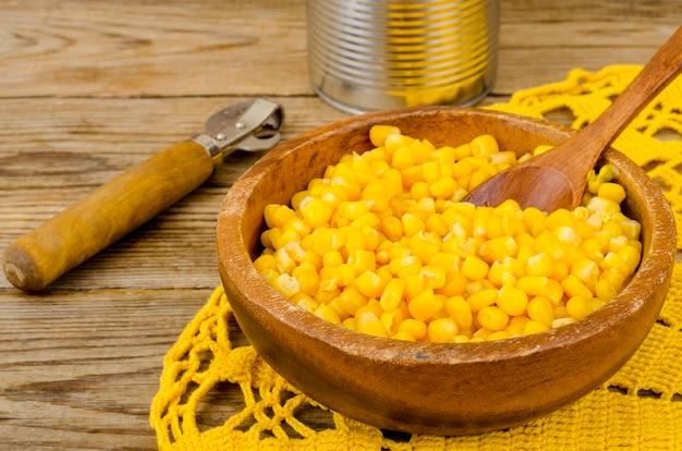 Ingeblikte rijpe gele suikermaïs in pot.