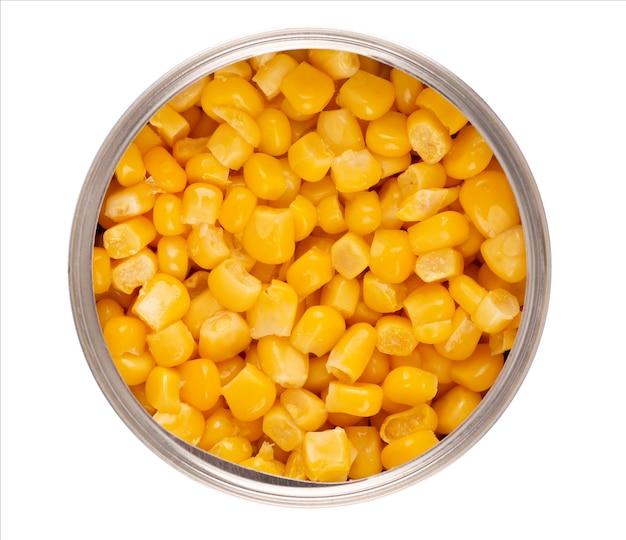 Ingeblikte suikermaïs in metalen blikken, geïsoleerd op een witte achtergrond. ingelegde maïs. bovenaanzicht.