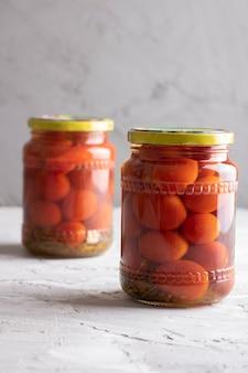Ingeblikte tomaten in glazen pot