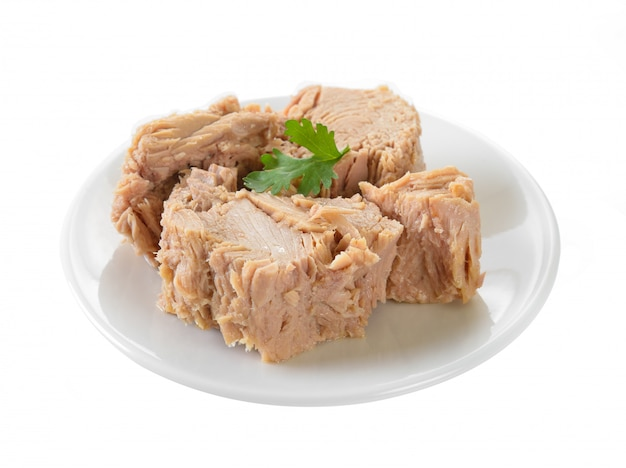 Ingeblikte tonijn in plaat op witte ondergrond