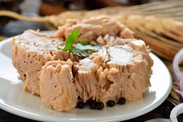 Ingeblikte tonijn in plaat
