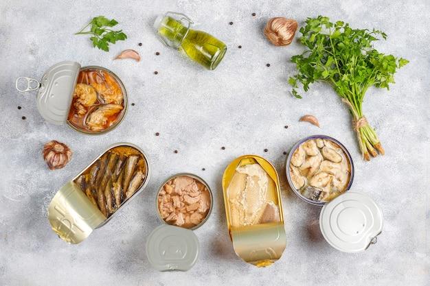 Ingeblikte vis in blikjes: zalm, tonijn, makreel en sprot.