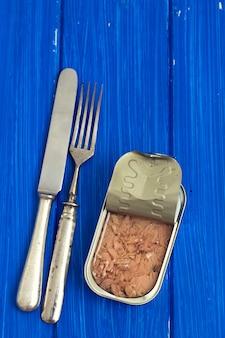 Ingeblikte vis op houten oppervlak