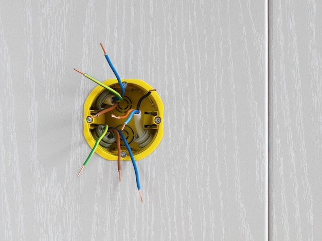 Ingebouwde wanddoos met aansluitdraden installatie van elektrische bedrading in huis