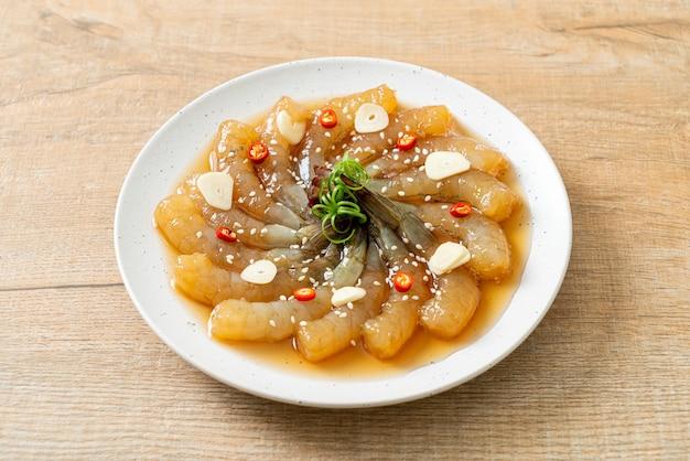 Ingelegde garnalen in koreaanse stijl of ingelegde garnalen met koreaanse sojasaus