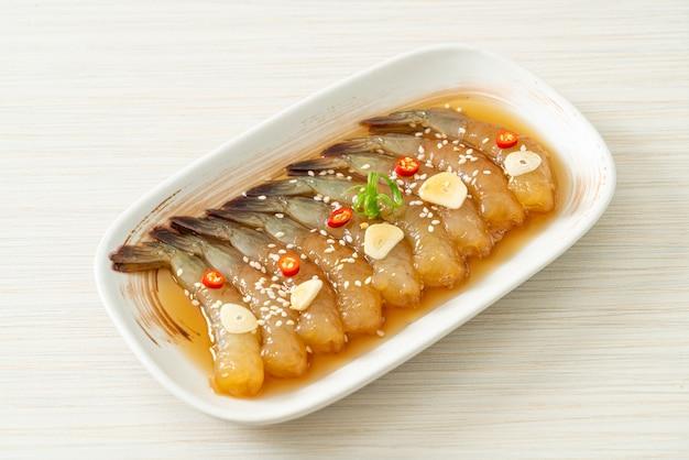 Ingelegde garnalen in koreaanse stijl of koreaanse sojasaus ingelegde garnalen - aziatische stijl