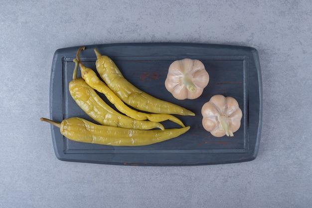 Ingelegde hete pepers met knoflook, op het bord