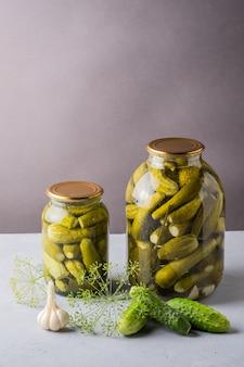 Ingelegde komkommers in de pot ingrediënten voor het inleggen van komkommers komkommers dille knoflook glazen pot