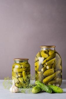 Ingelegde komkommers in de pot ingrediënten voor het inleggen van komkommers komkommers dille knoflook glazen pot Premium Foto