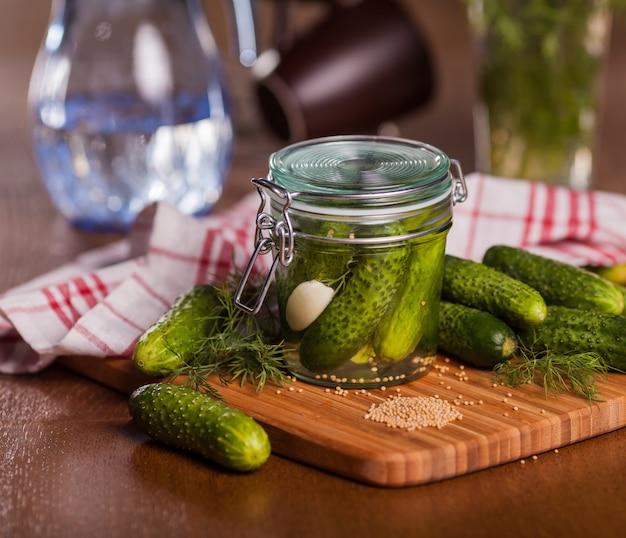Ingelegde komkommers in glazen pot