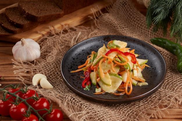 Ingelegde komkommersalade met houten wortelen
