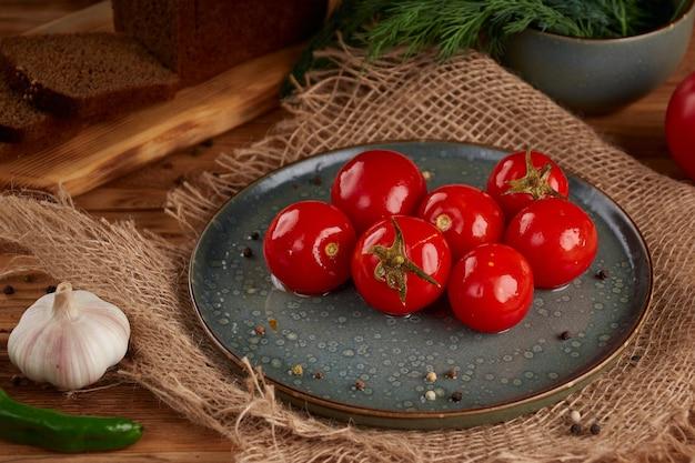 Ingelegde rode tomaten op houten