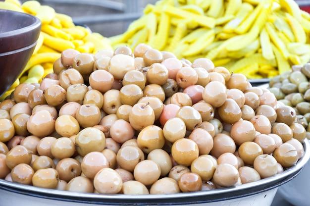 Ingelegde vruchten, fruit bewaren op de lokale markt van thailand