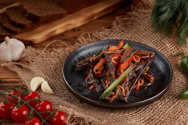 Ingelegde wortelen met aubergines en paprika's, houten