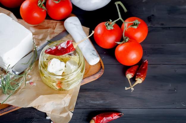 Ingelegde zachte kaas, brood en tomaten